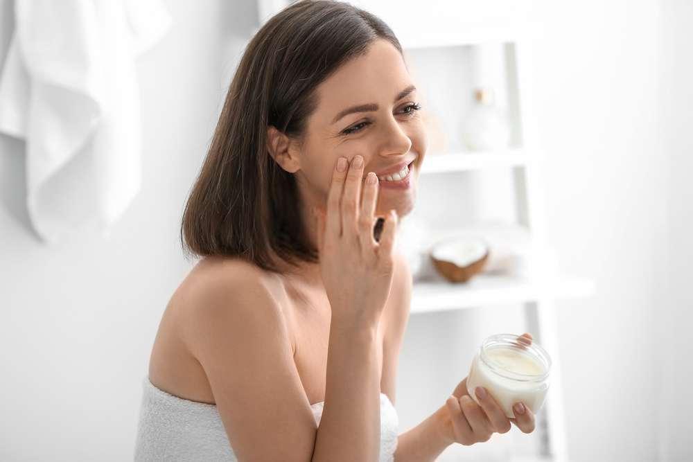Kem dưỡng da mặt bằng dầu dừa
