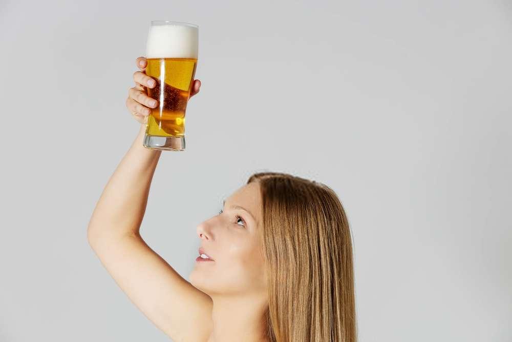 Bia và dầu dừa là hỗn hợp ủ tóc rụng